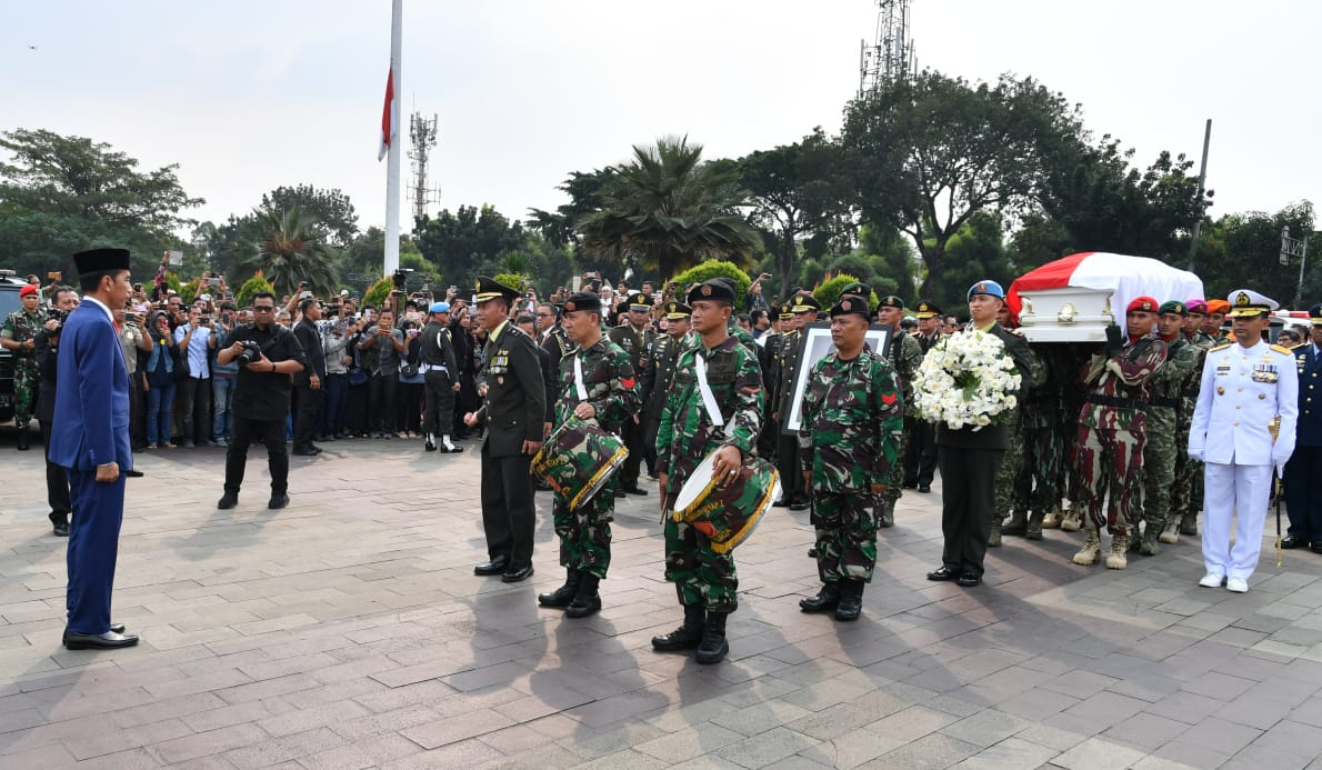 Presiden Joko Widodo menyambut jenazah di TMP Kalibata
