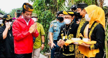 Presiden Jokowi saat mengikuti prosesi adat tepung tawar